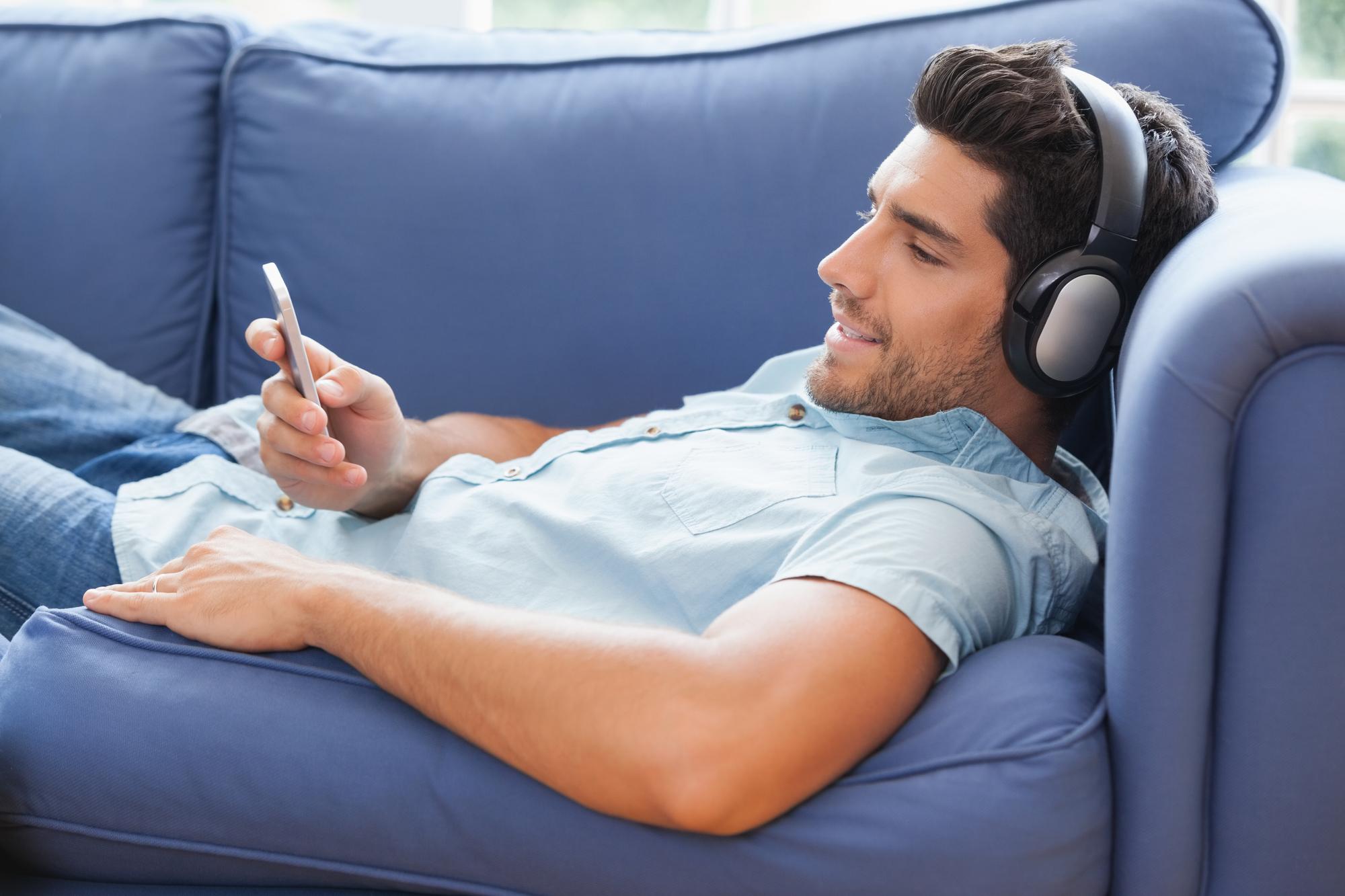Mand med sin smartphone